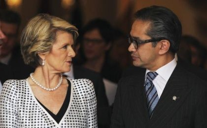 Australia's Foreign Minister Julie Bishop (L) talks to her Indonesian counterpart Marty Natalegawa. (Photo: Reuters)