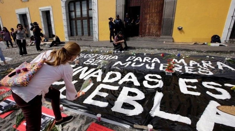The banner says 82 women have been assassinated in Puebla.