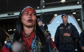 Police try to prevent entry of Indigenous women to the Sesai headquarters in Brasilia.